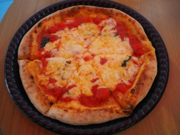 チーズとトマトのピザ